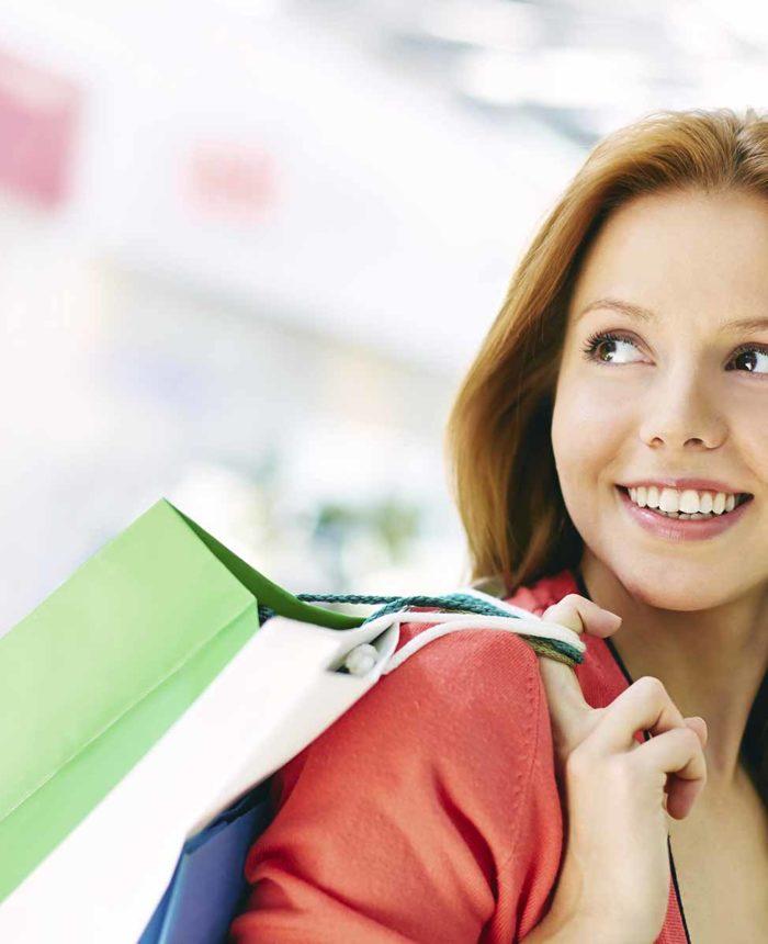 mujer-compra-en-comercio-local